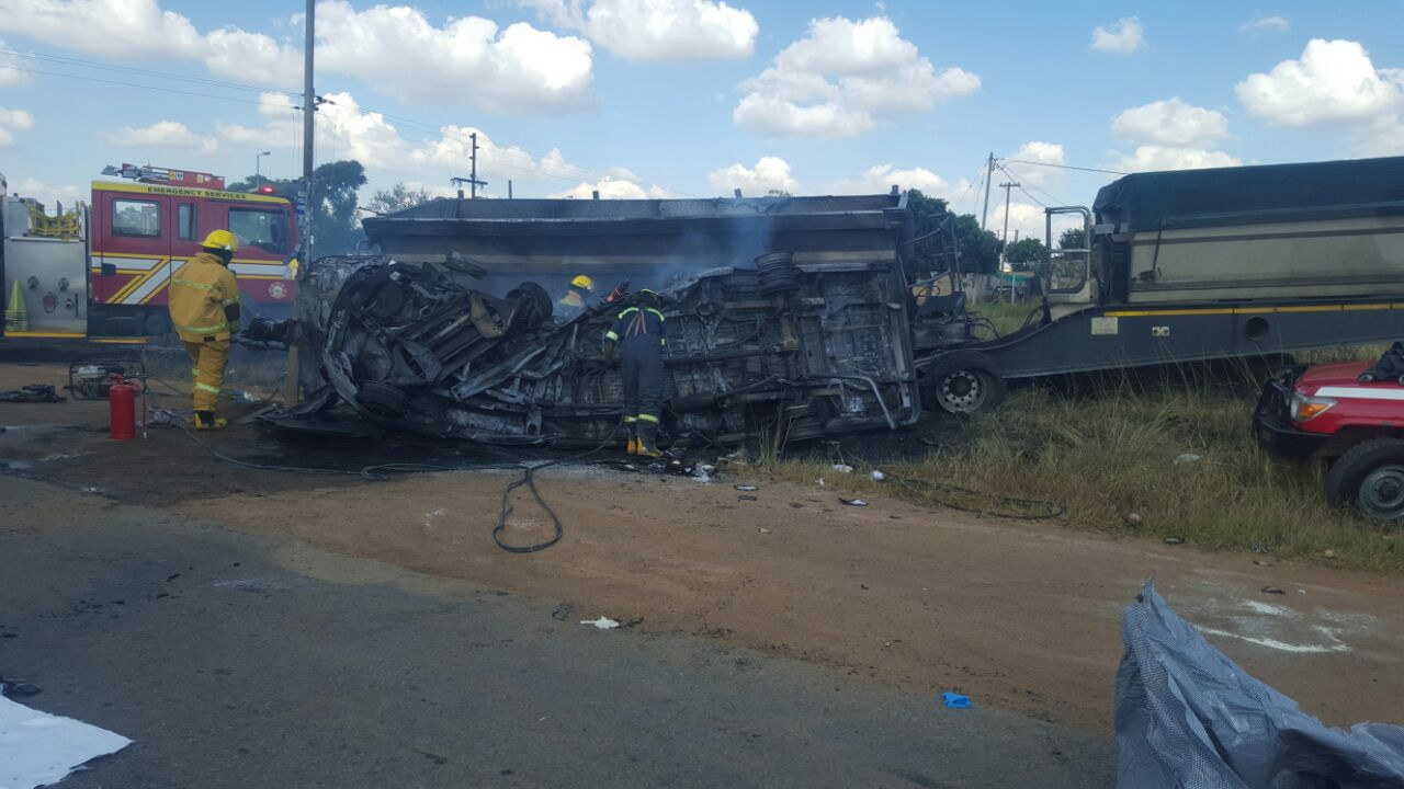 South Africa - Minibus crash, 20 victims
