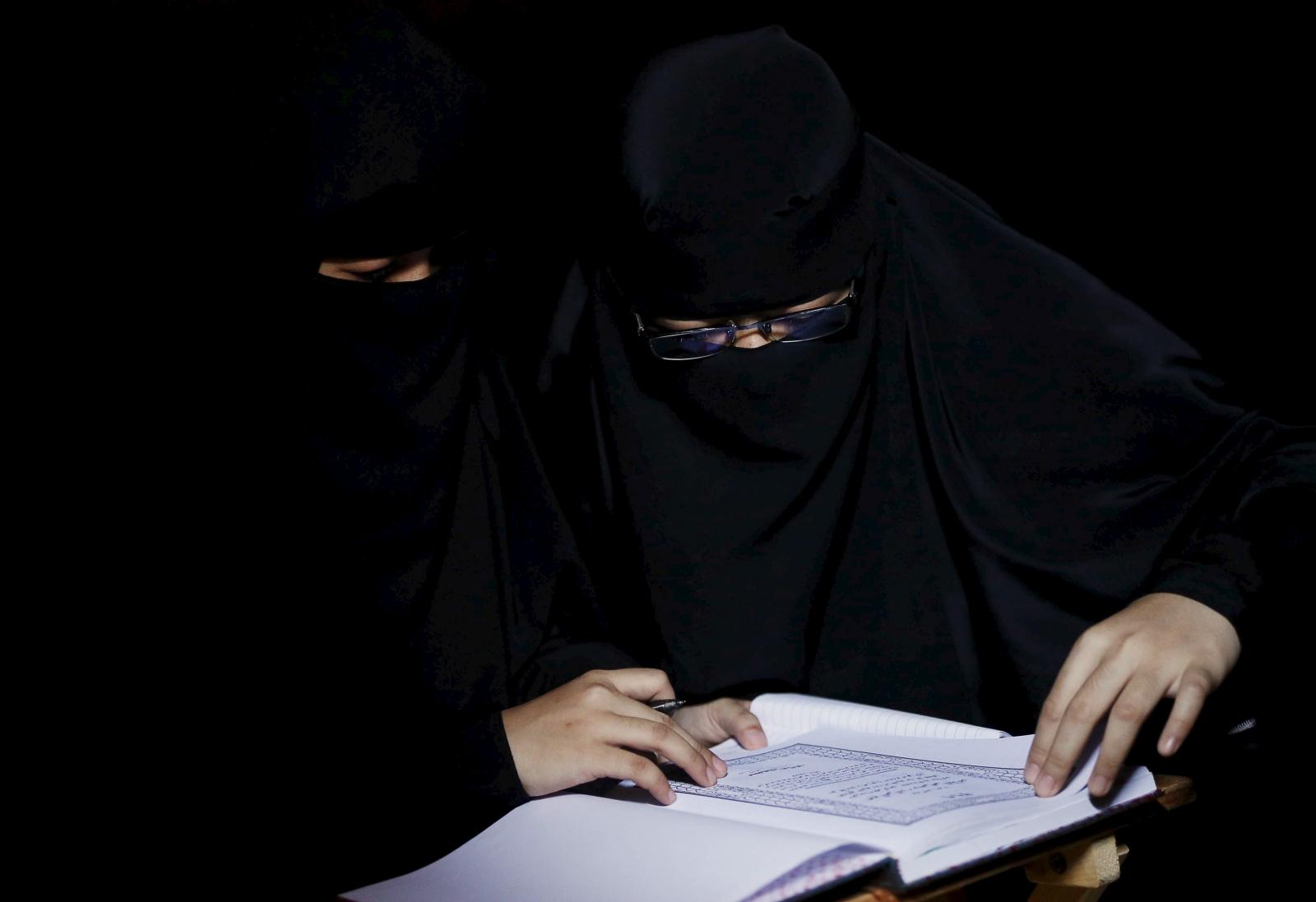 Malaysian students studying the Koran