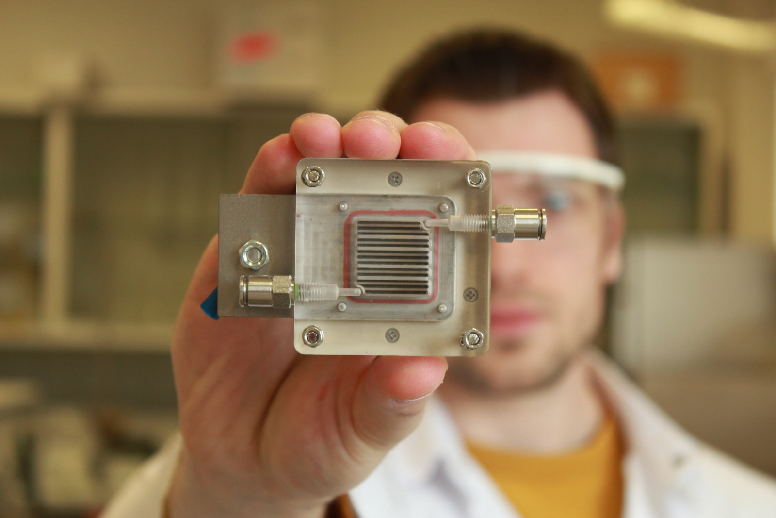Device turns dirty air into hydrogen