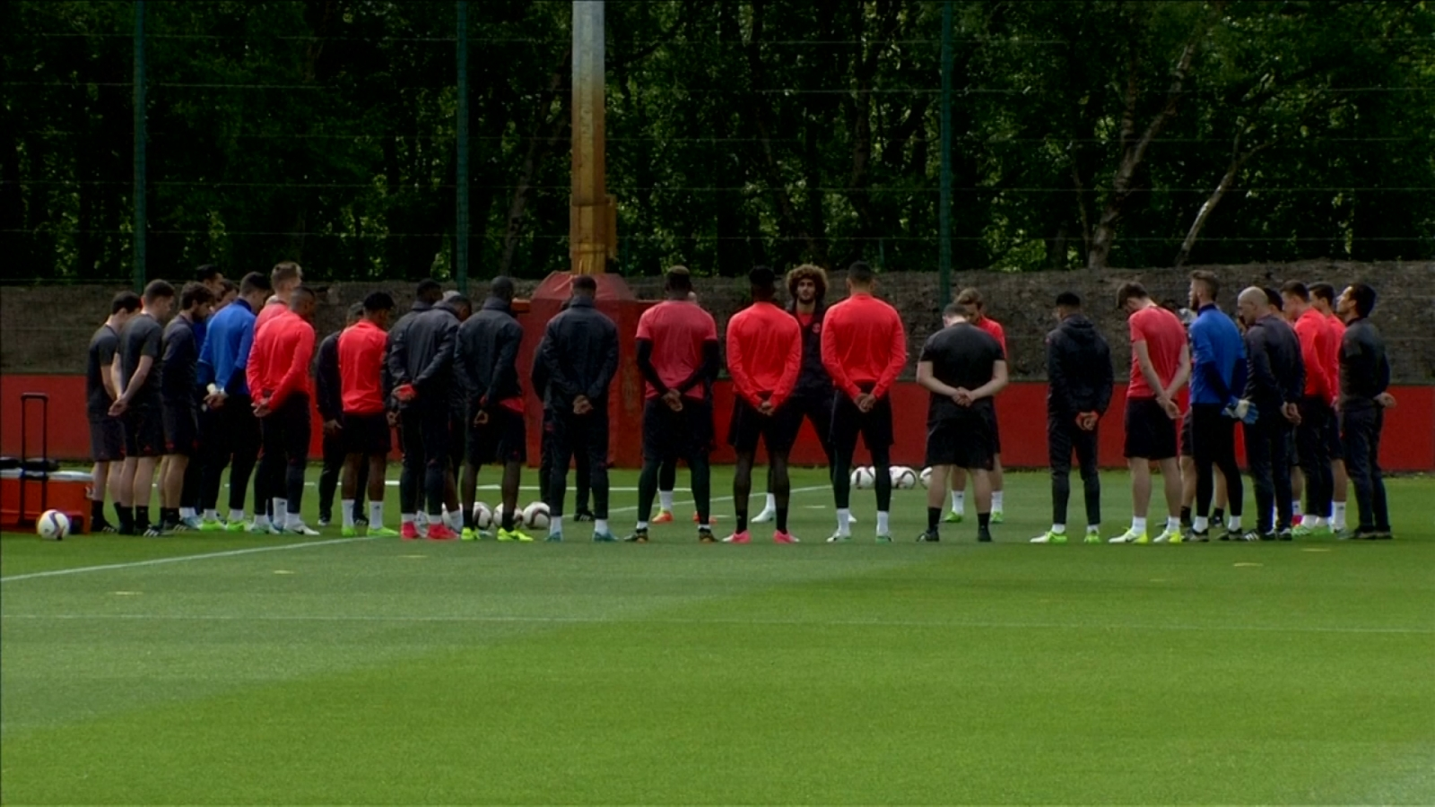 manchester-united-hold-minutes-silence-for-manchester-explosion-victims