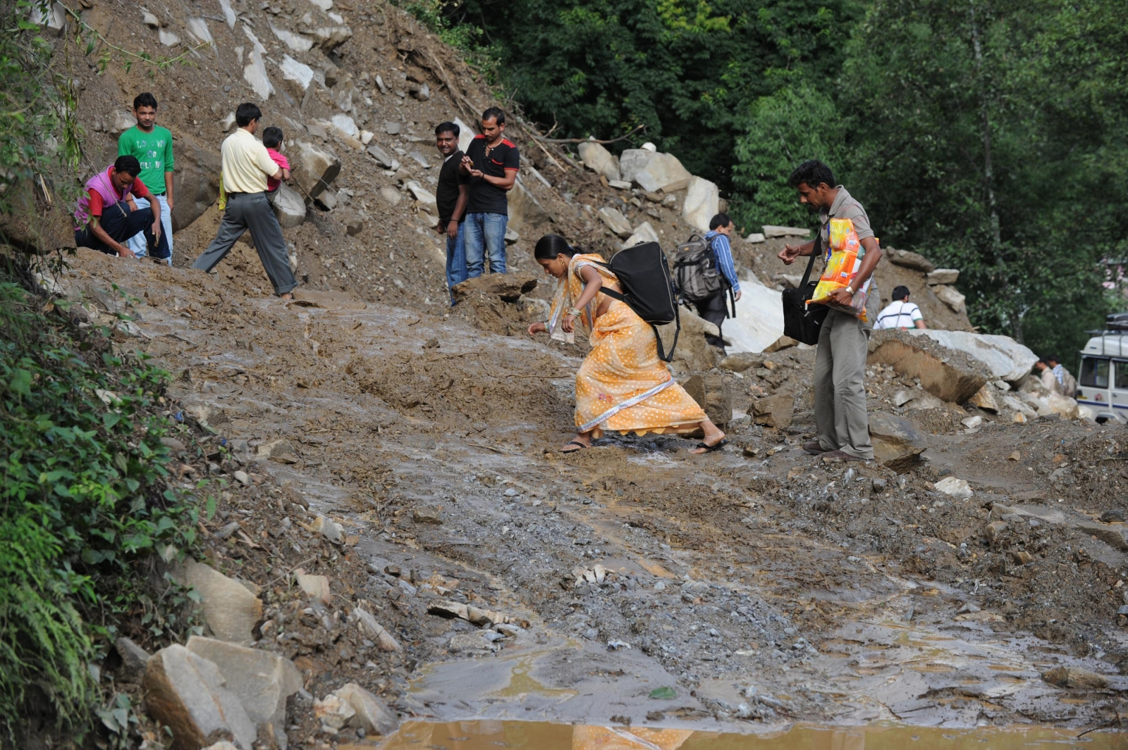 bus plunges in Uttrakhand