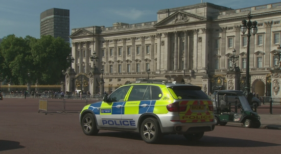 Police and soldiers at Buckingham Palace.