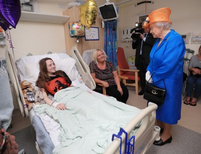 Queen visits Manchester victims