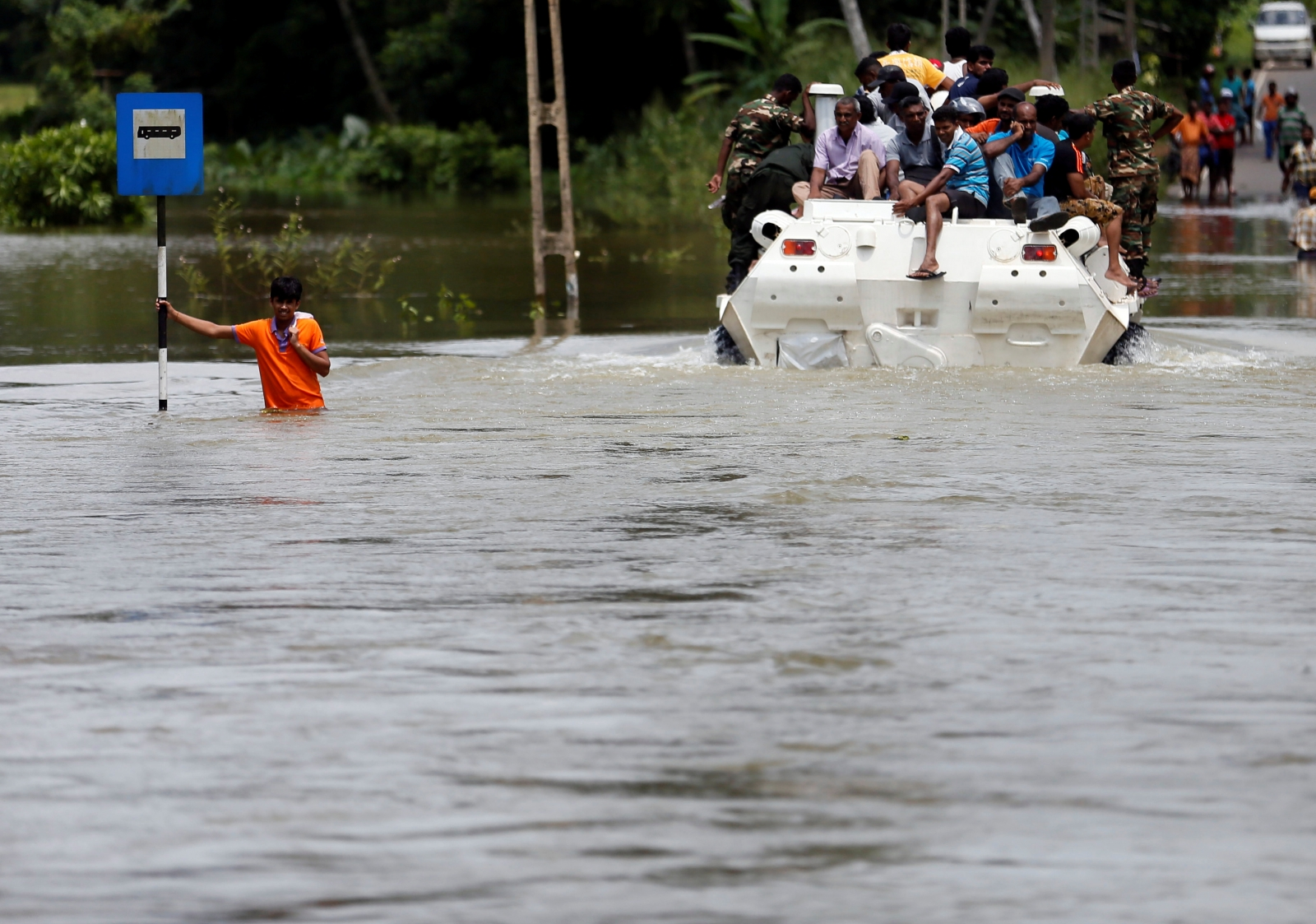 Sri Lanka flash floods leave half a million people displaced