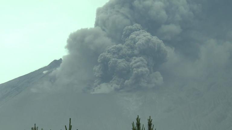 showa-crater-erupts-in-sakurajima-japan