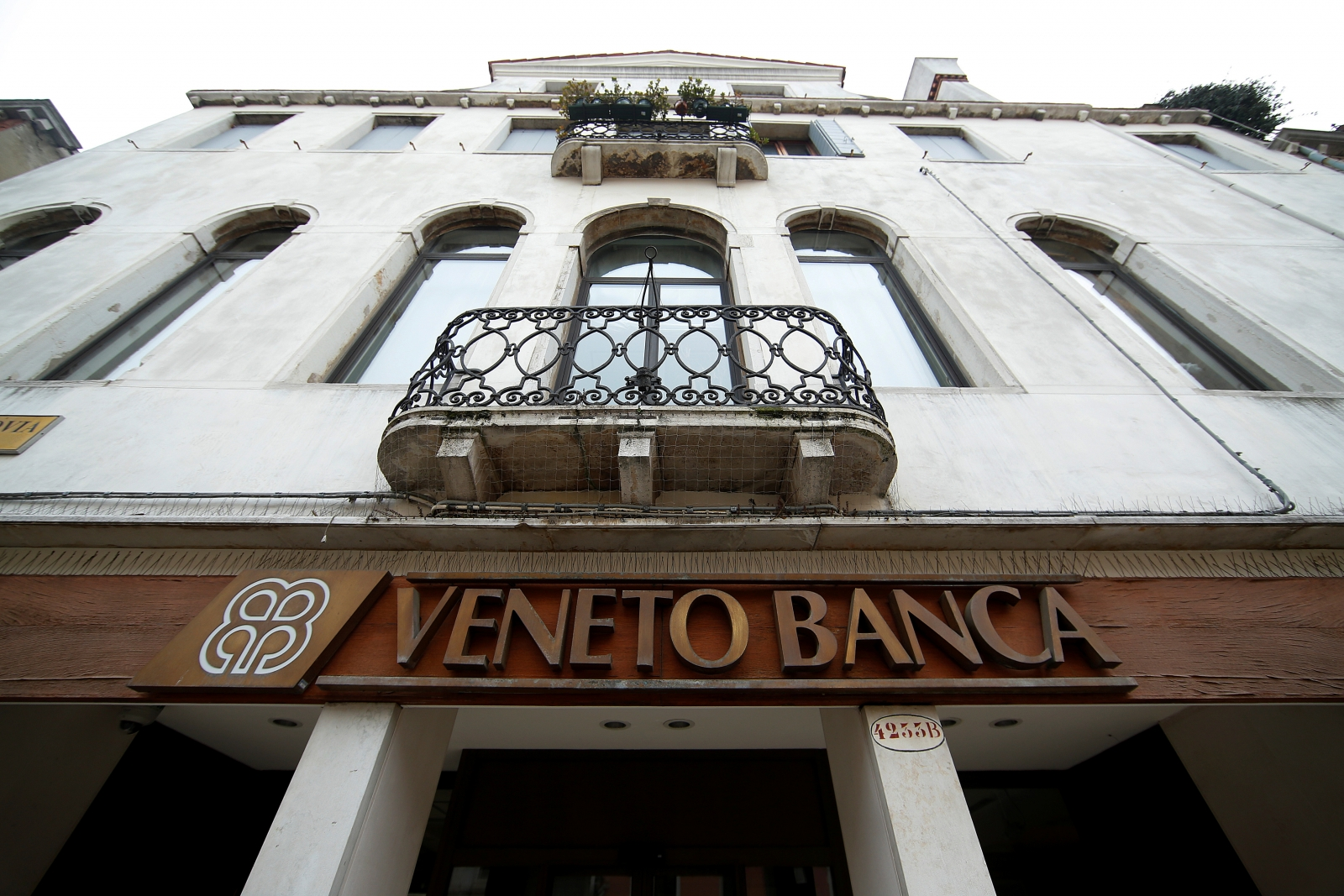 Italian banks consider joint rescue of Veneto banks