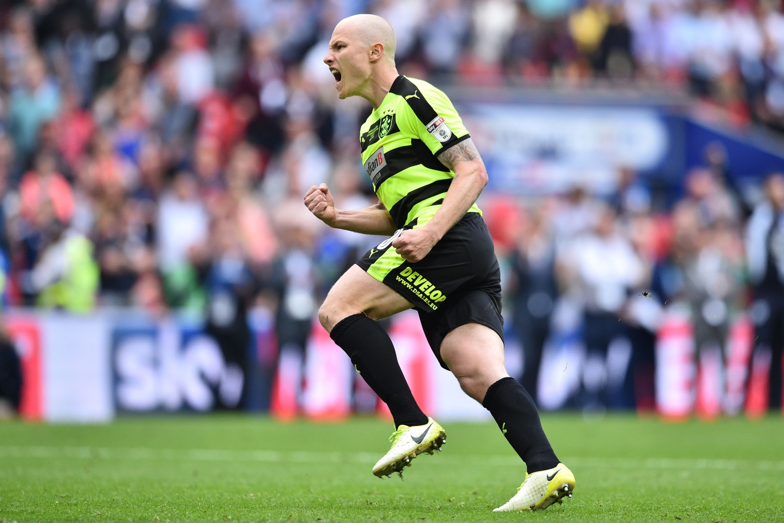 Huddersfield close in on Mooy