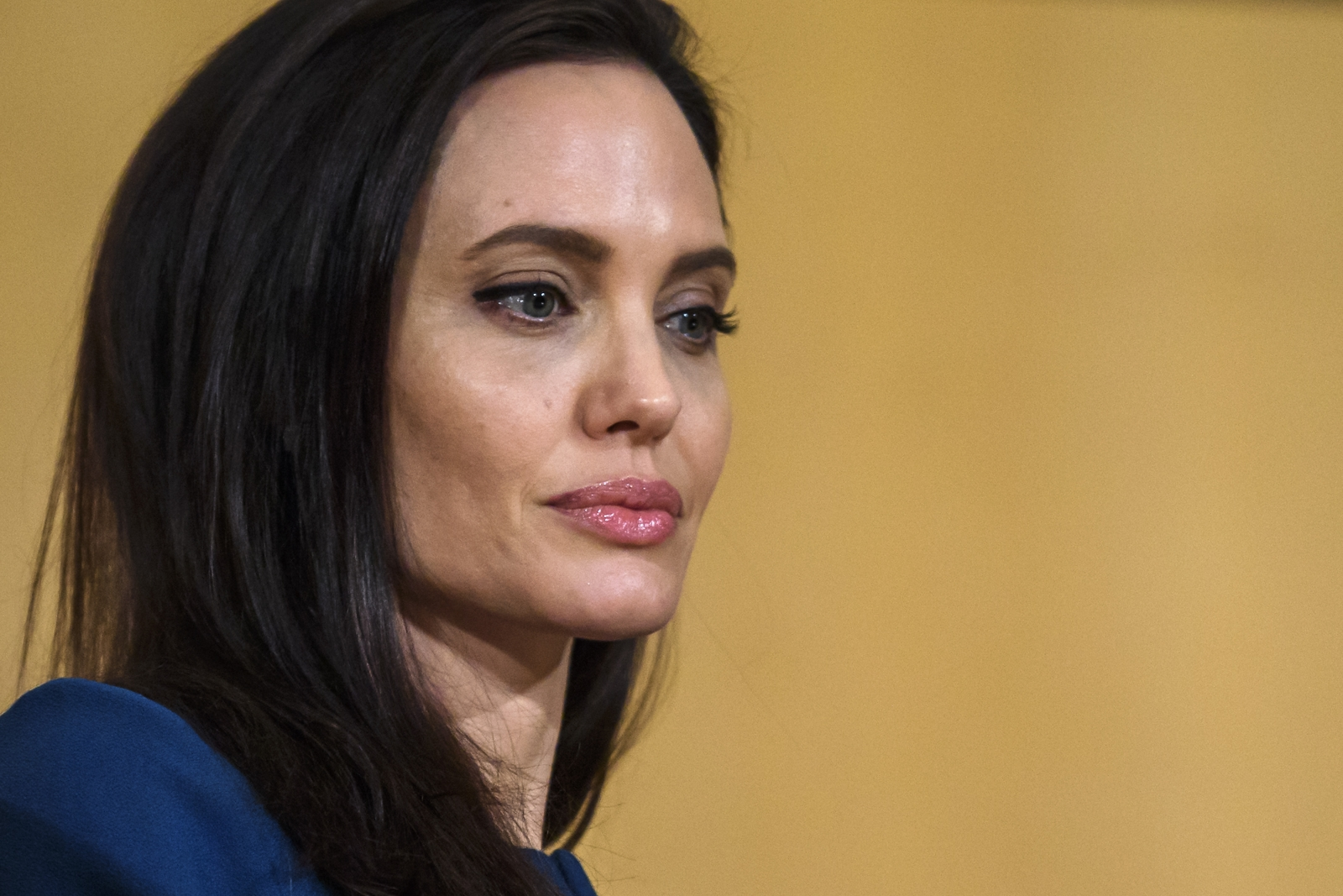 Angelina Jolie not 'comfortable' with Brad Pitt spending time with ...