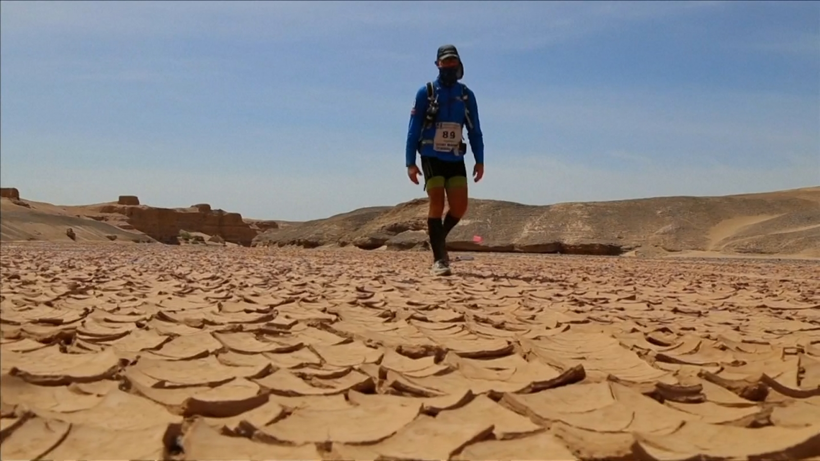 runners-brave-heat-and-big-distance-in-gobi-march