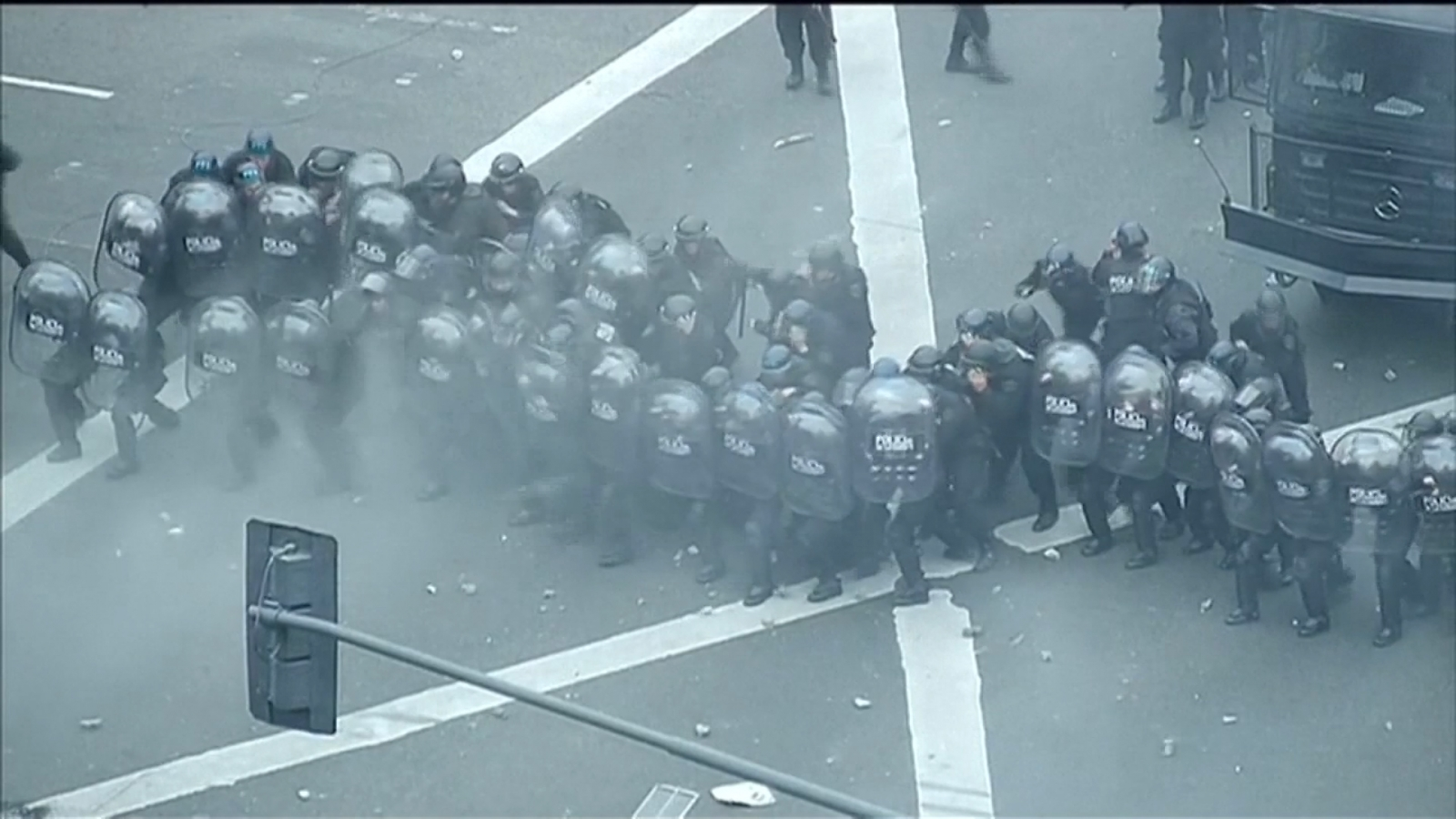 http://www.ibtimes.co.uk/watch-argentina-protesters-fight-police-streets-bottles-fire-1628301