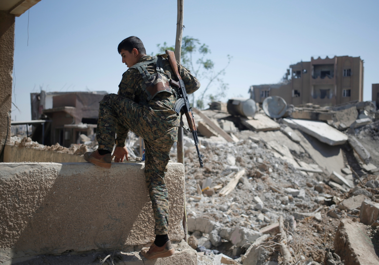 Isis surrounded in Raqqa as final escape route 'cut off ...