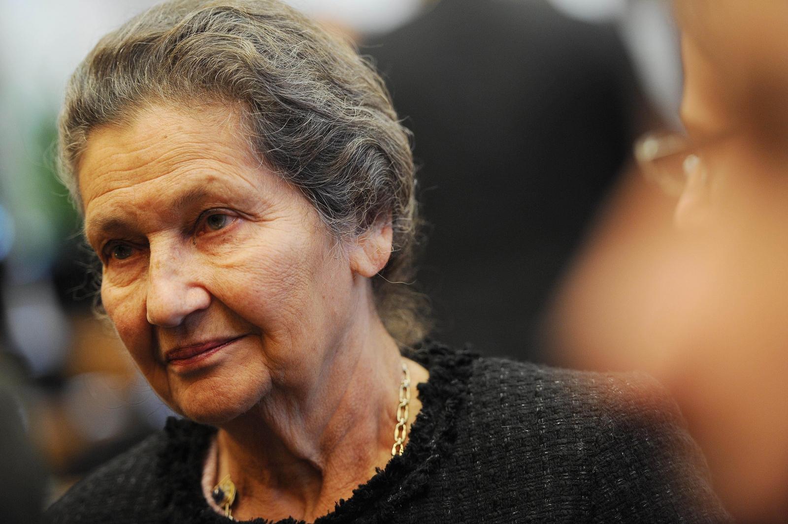 Simone Veil: French politician and Holocaust survivor dies