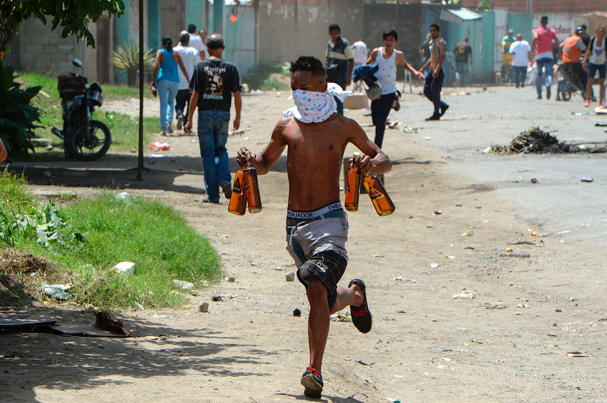 looting a supermarket in Maracay