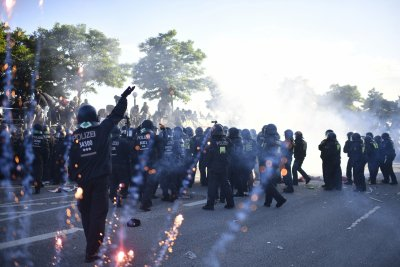 Humburg riot police clash with G20 protesters