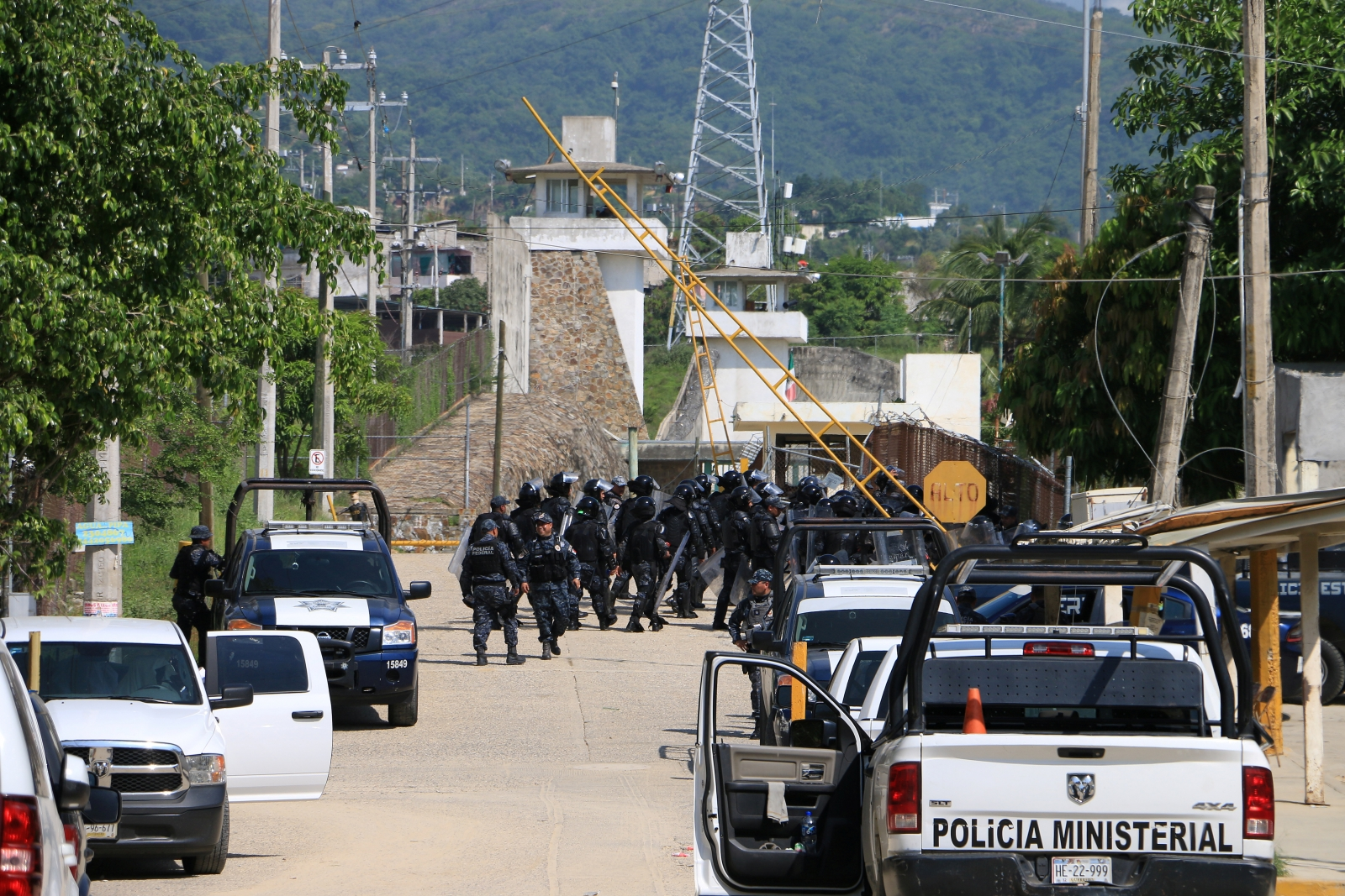 Riot police enter Acapulco prison