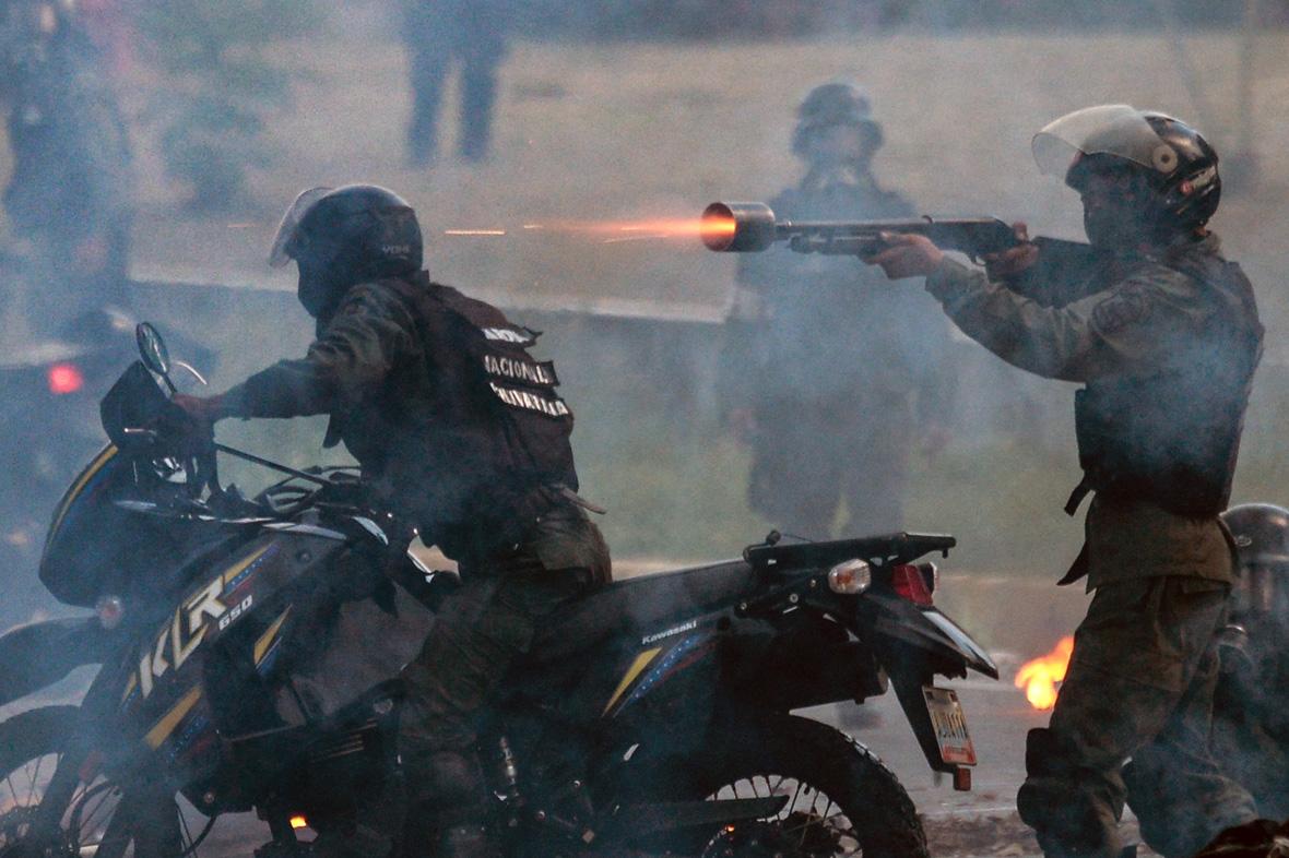 National Guard rubber bullets at Venezuelan opposition