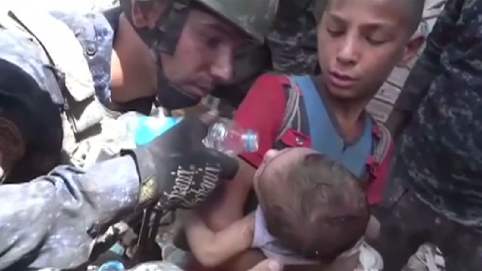 iraqi-forces-free-children-trapped-under-rubble-in-mosuls-old-city