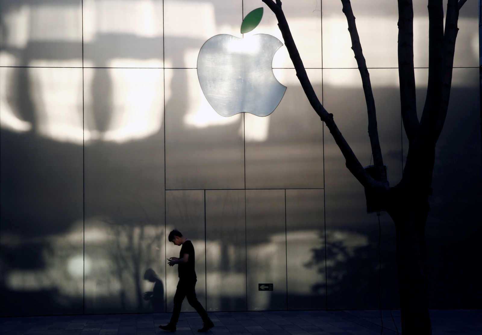 Apple may become trillion dollar company