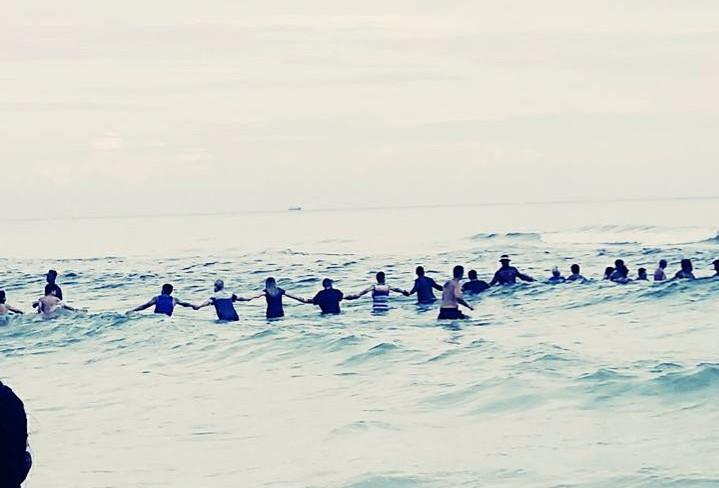 Human chain in Florida sea