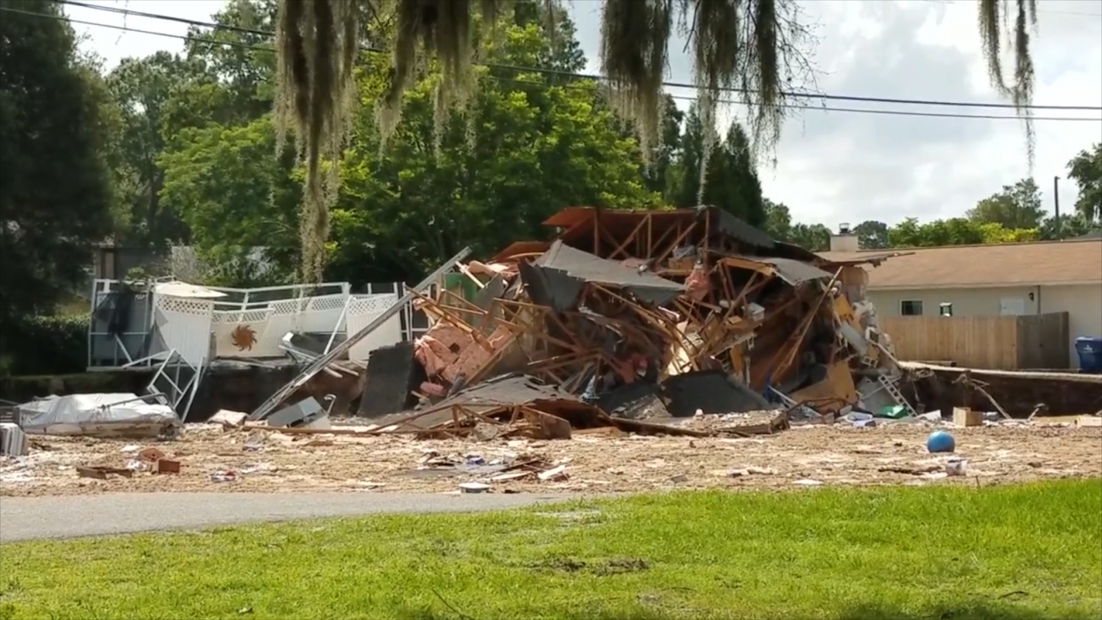 florida-sinkhole-largest-sinkhole-in-the-county-swallows-two-houses