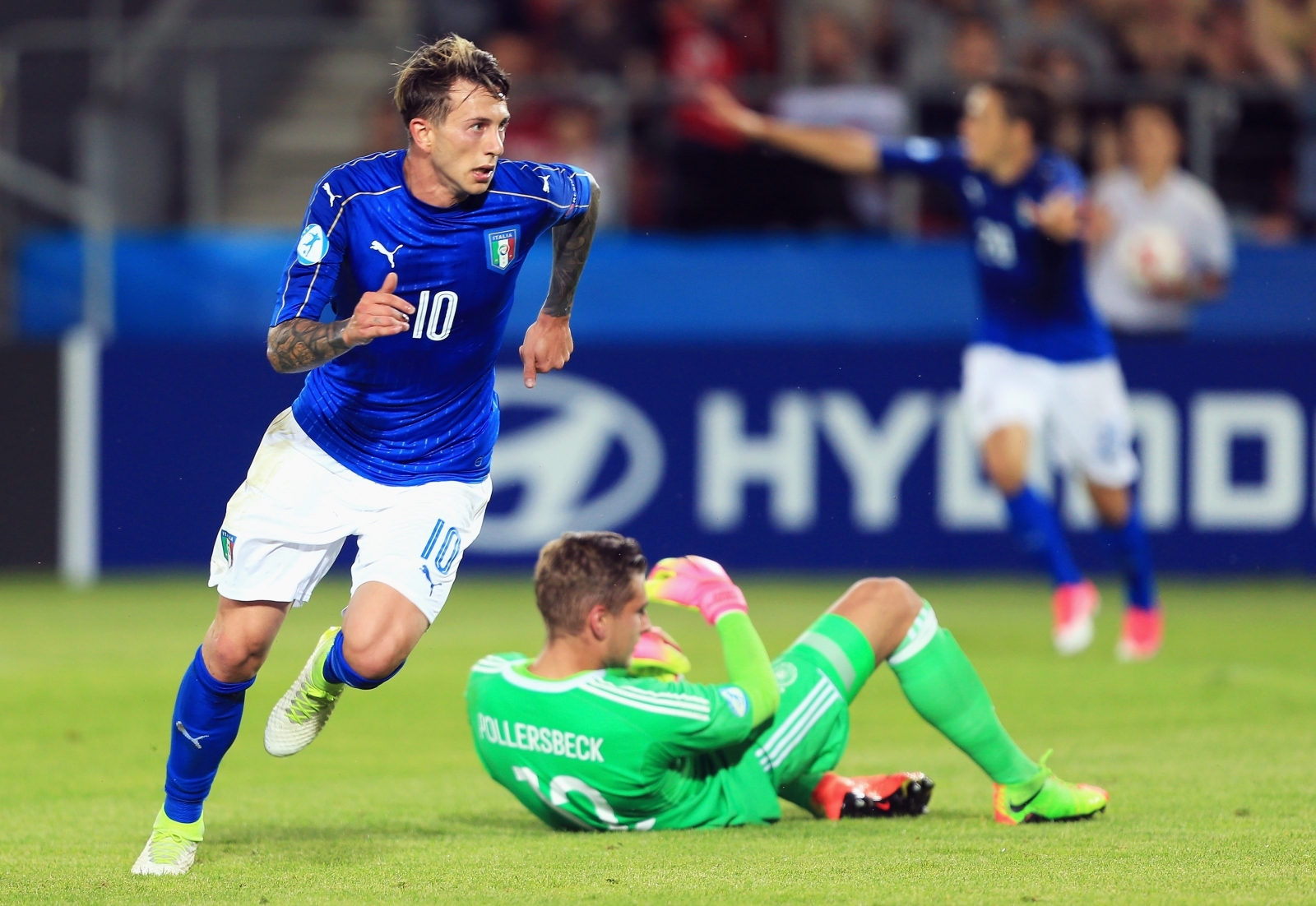 Juventus sign Fiorentina striker Bernardeschi for 40 million euros