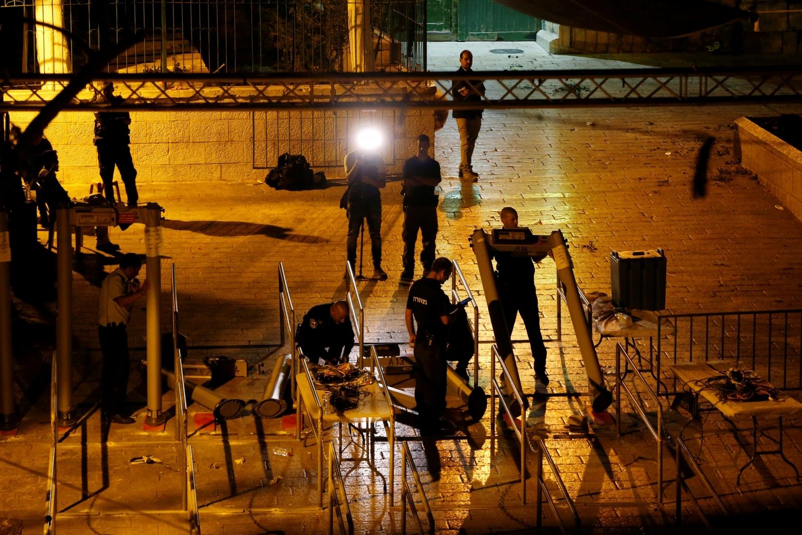 Israeli security forces remove metal detectors