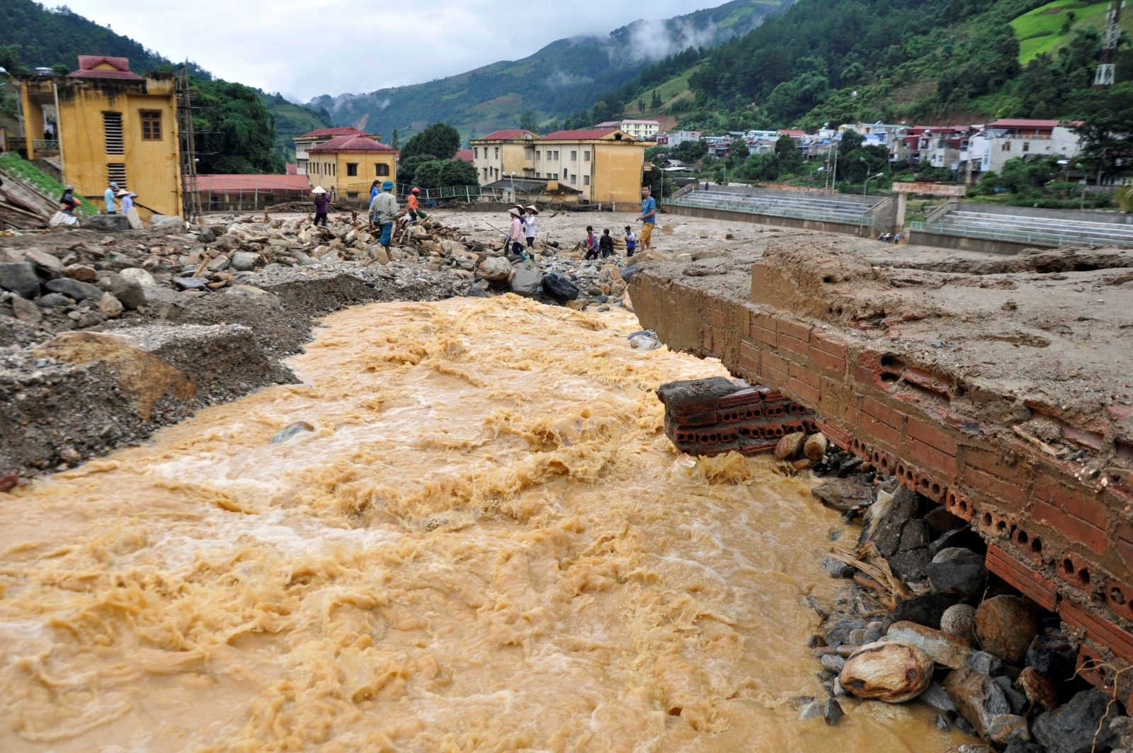 Deadly flash floods hit Vietnam and Thailand, killing at ...