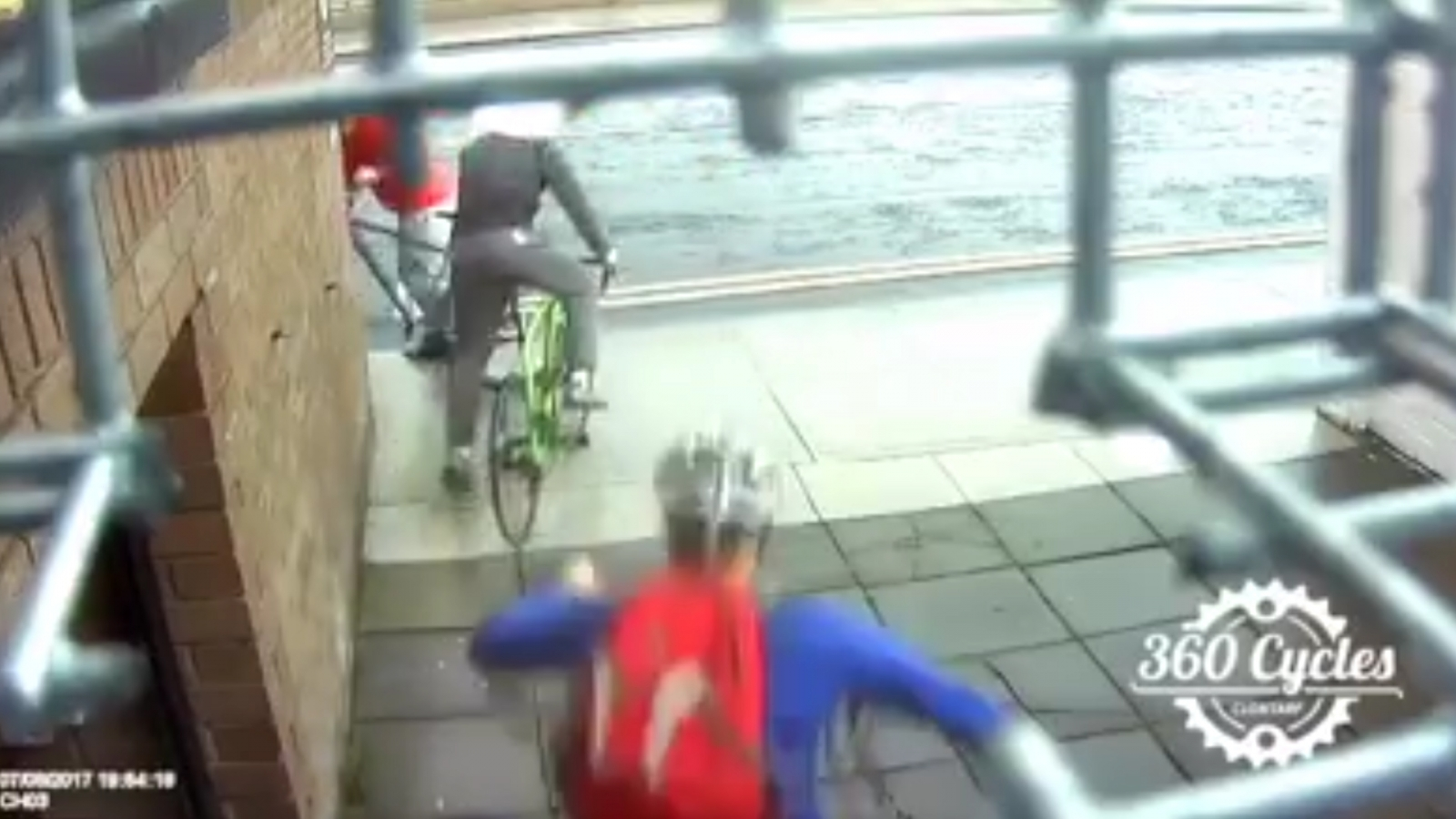 Cyclist dramatically tackles thieves after leaving bike unattended