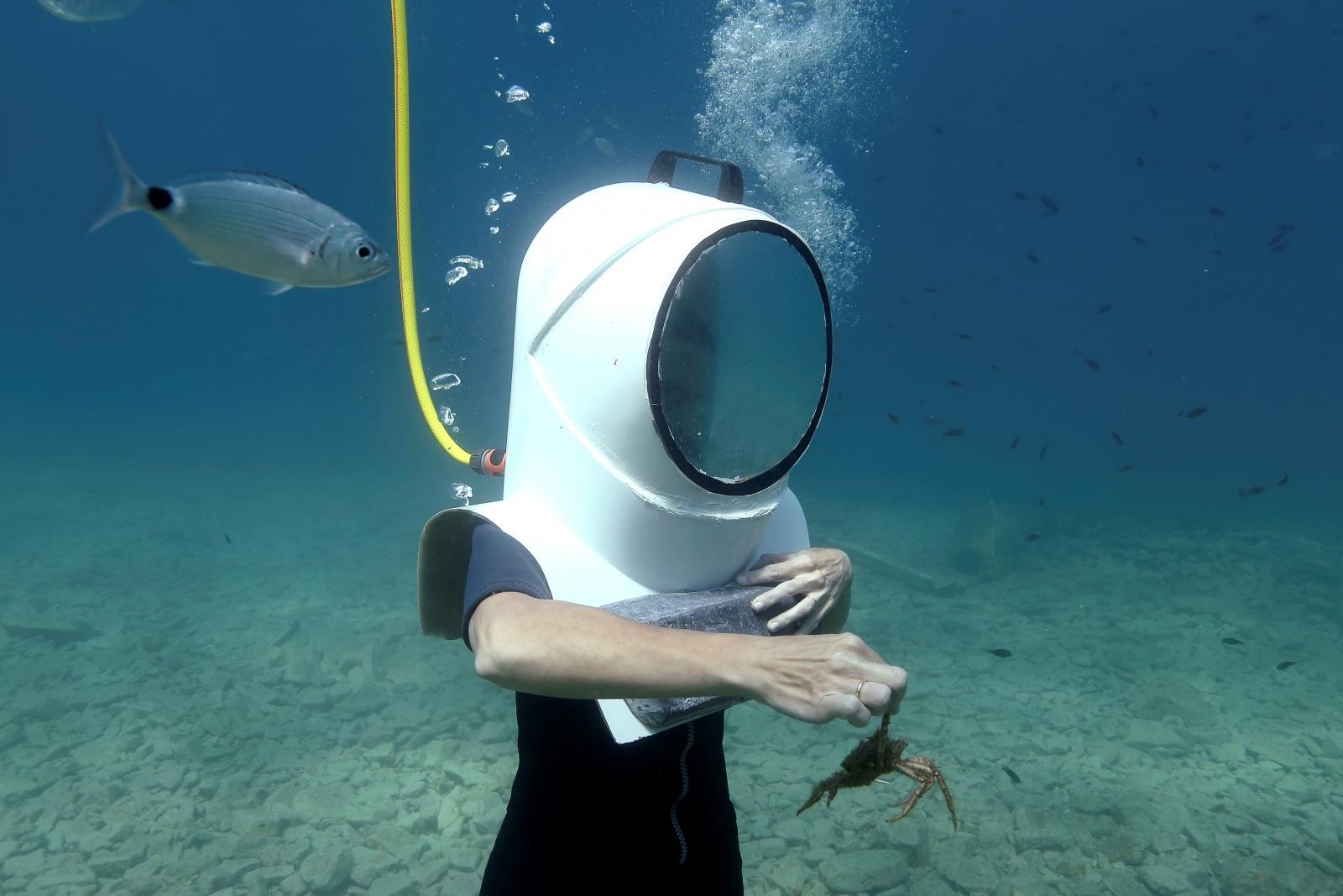 Underwater quantum communication