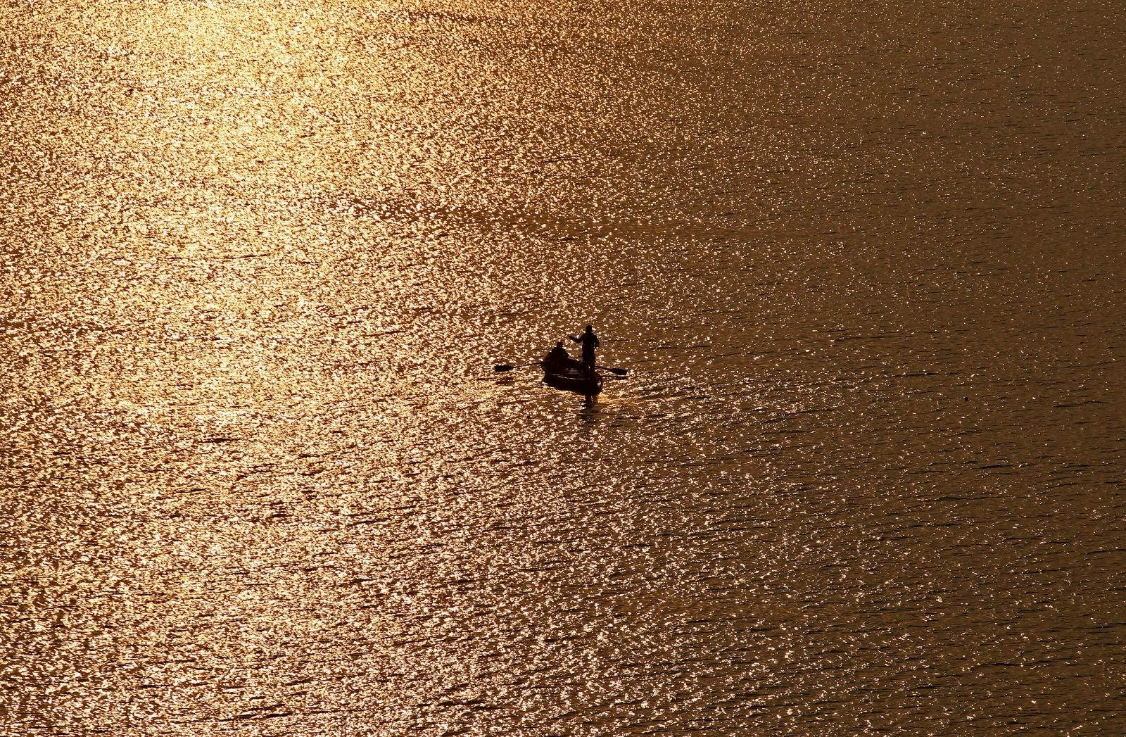 India Yamuna river boat capsized