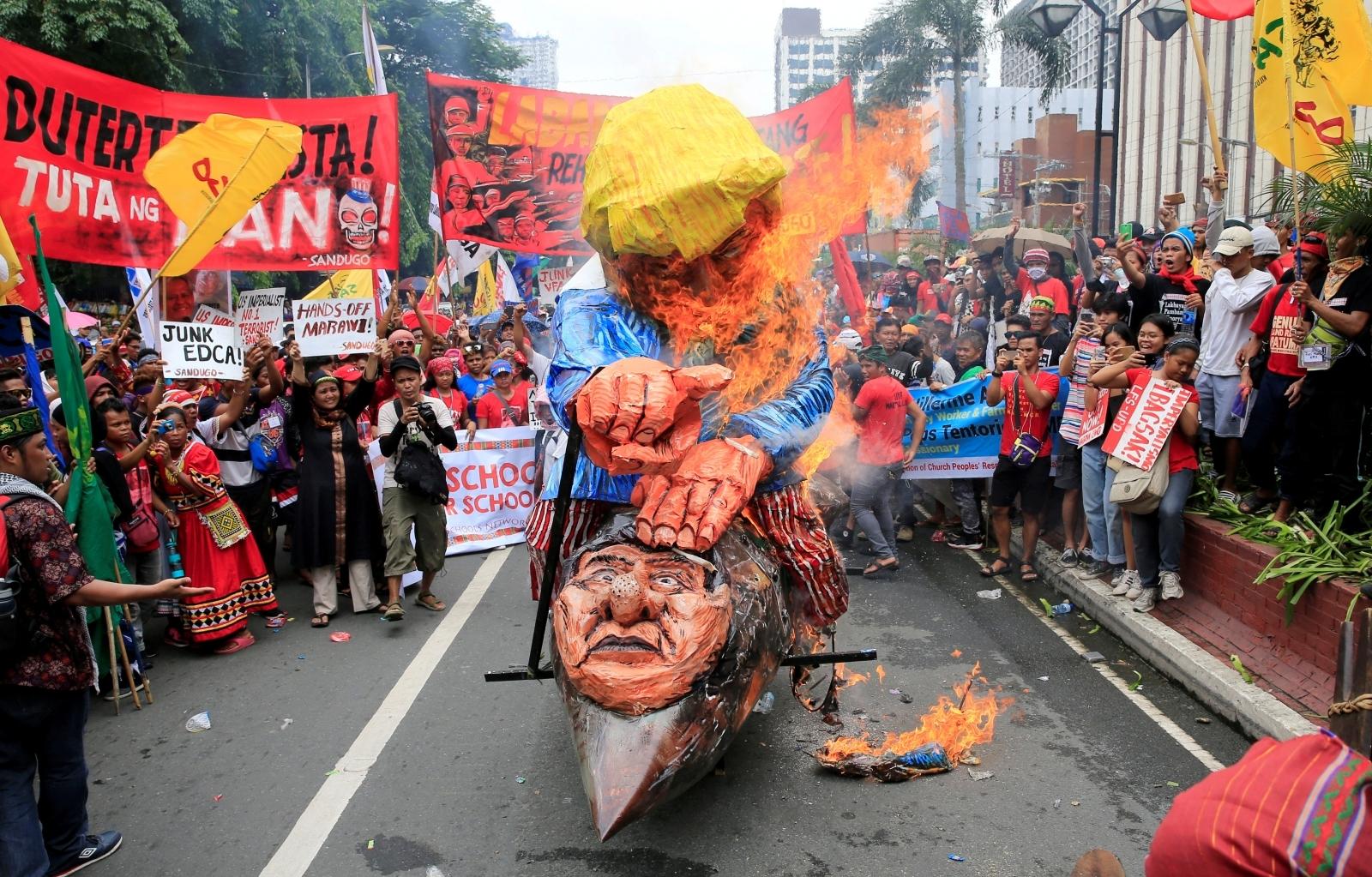 Trump-Duterte effigy burny