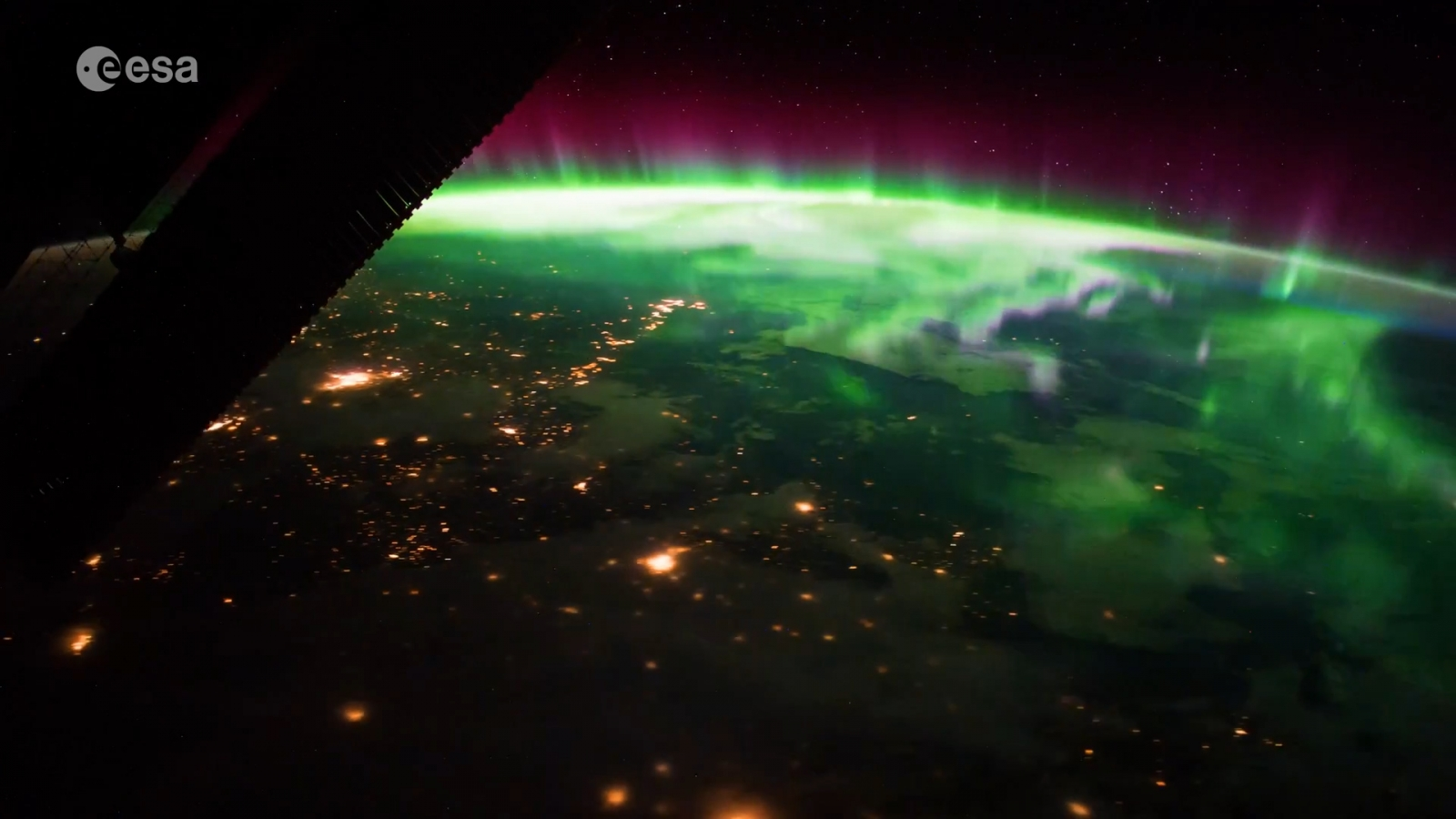 space-station-astronaut-captures-stunning-aurora-from-above-the-earth