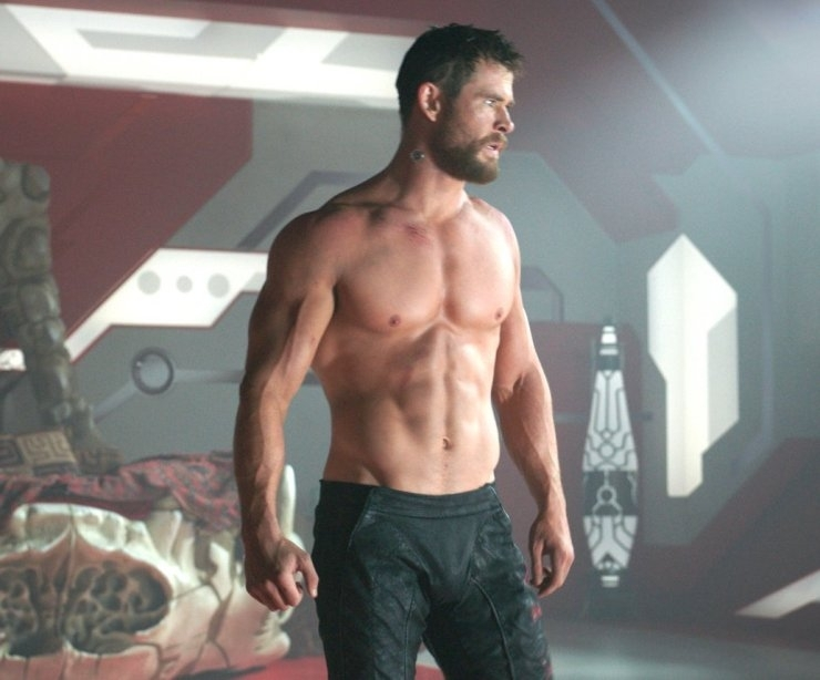 thor director demanded chris hemsworth take off his shirt