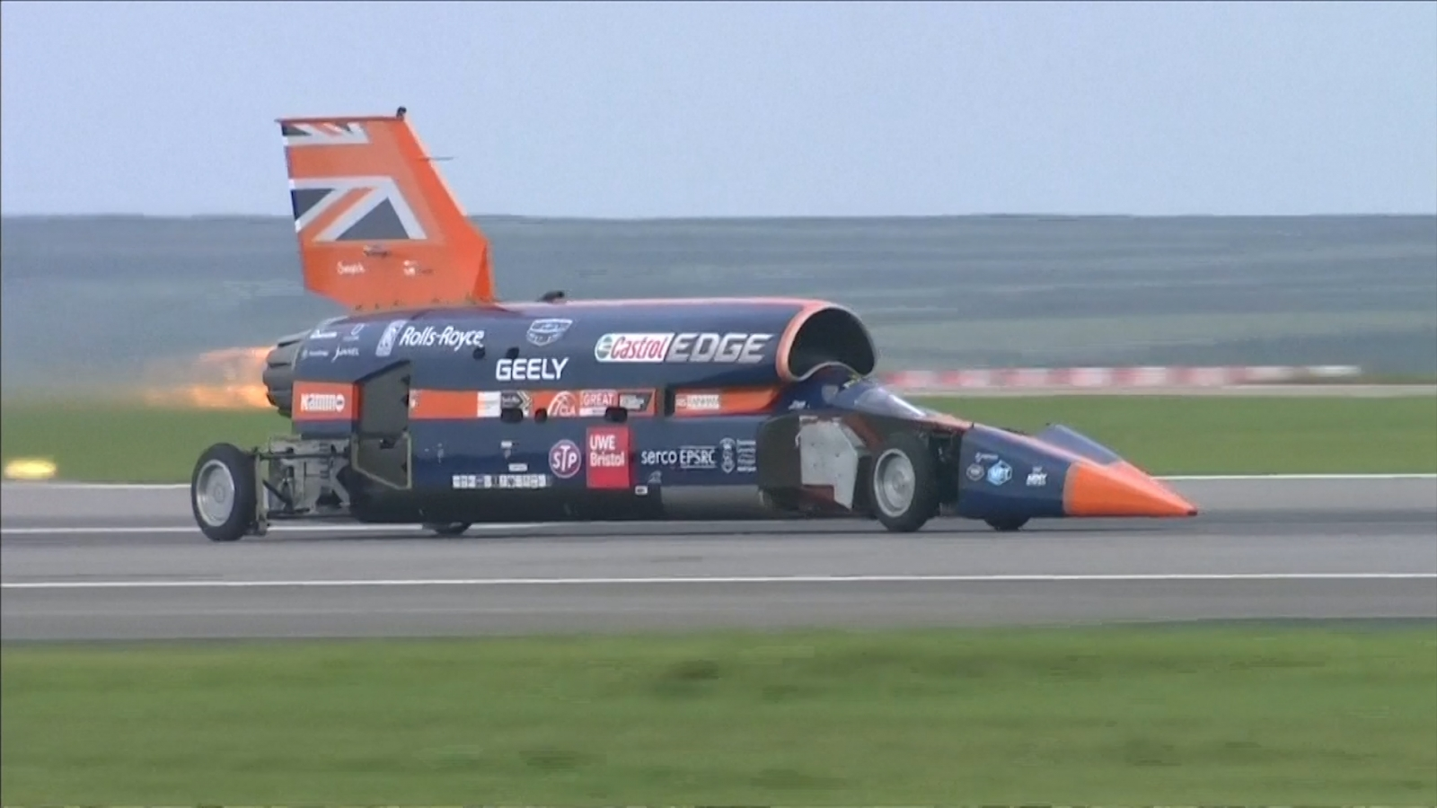 bloodhound-supersonic-car-aiming-to-break-1000mph-passes-first-test-run