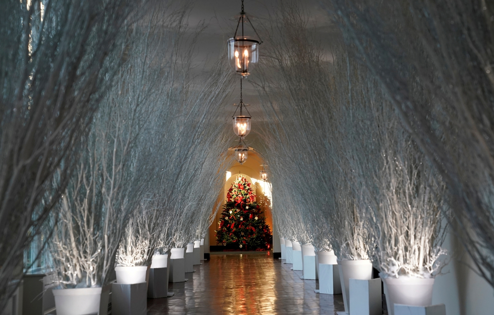 White house christmas decorations personally chosen by for Christmas house decorations