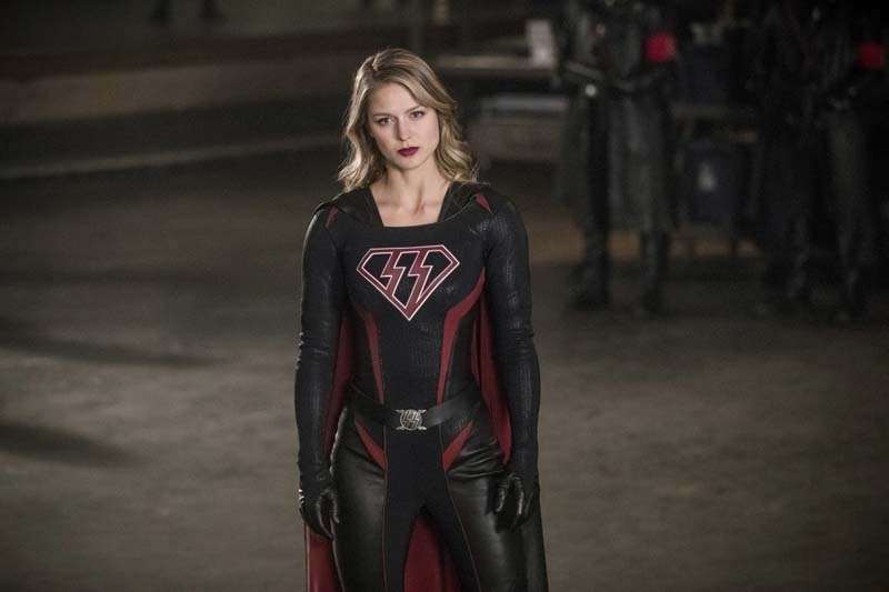 Fans Freak Out Over Supergirl And Arrow Kiss In Crisis On Earth X Fking Crazy Says Stephen
