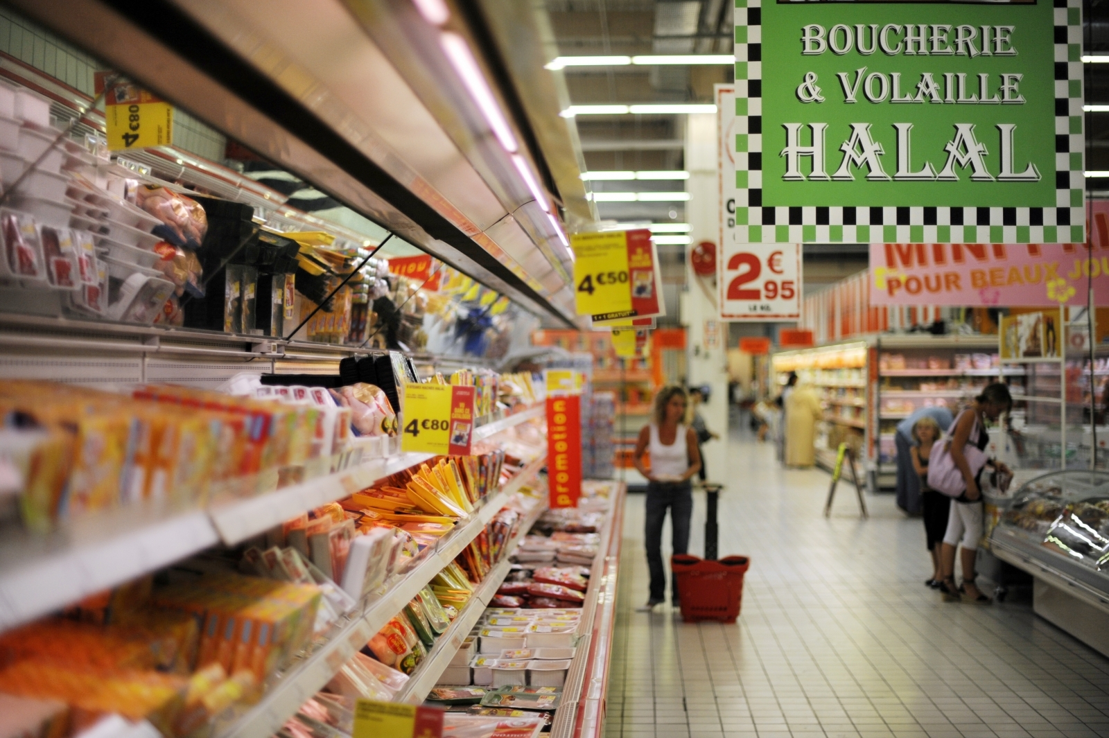 A halal supermarket in France has been shut down by a Parisian court after it refused to sell alcohol and pork
