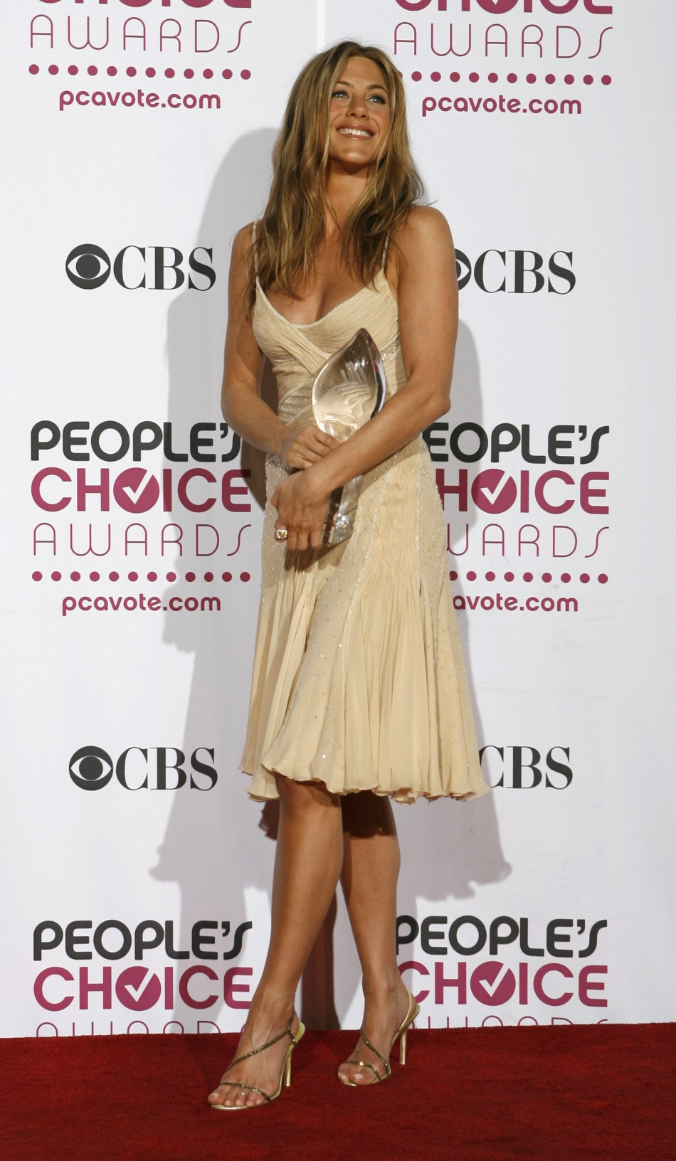 Jennifer Aniston holds her award backstage at the 33rd annual Peoples Choice Awards