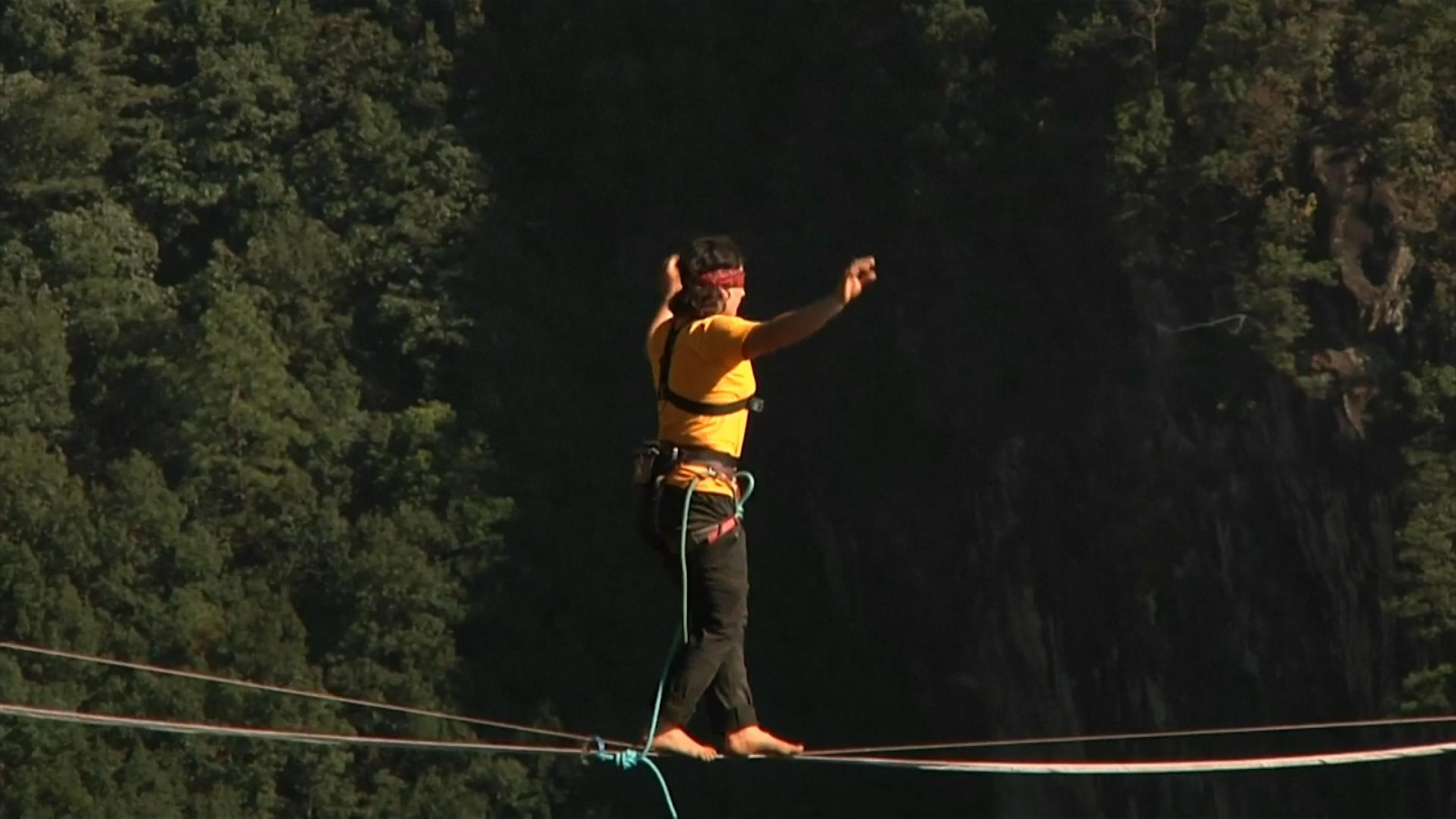 Watch blindfolded man break world record slacklining across Chinese canyon
