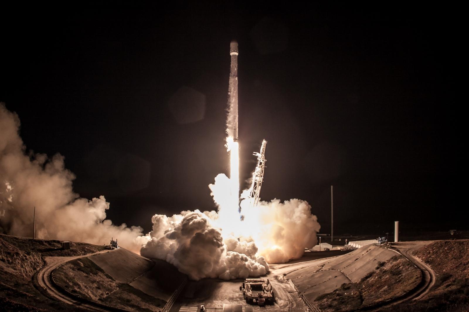 Dash Cam Captured Car Crash While Recording SpaceX Falcon 9 Rocket Launch
