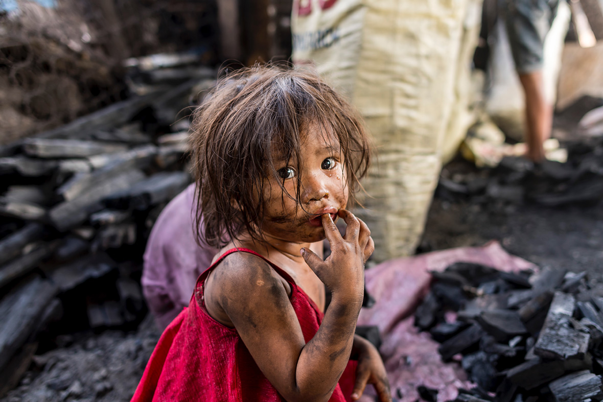 Heartbreaking photos of Manila's slum children working at deadly charcoal kilns