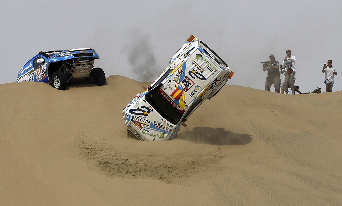Sainz in command as De Villiers battles on Dakar SS8