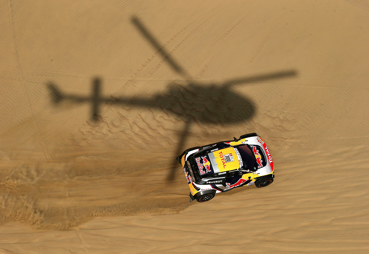 Sainz grabs Dakar lead