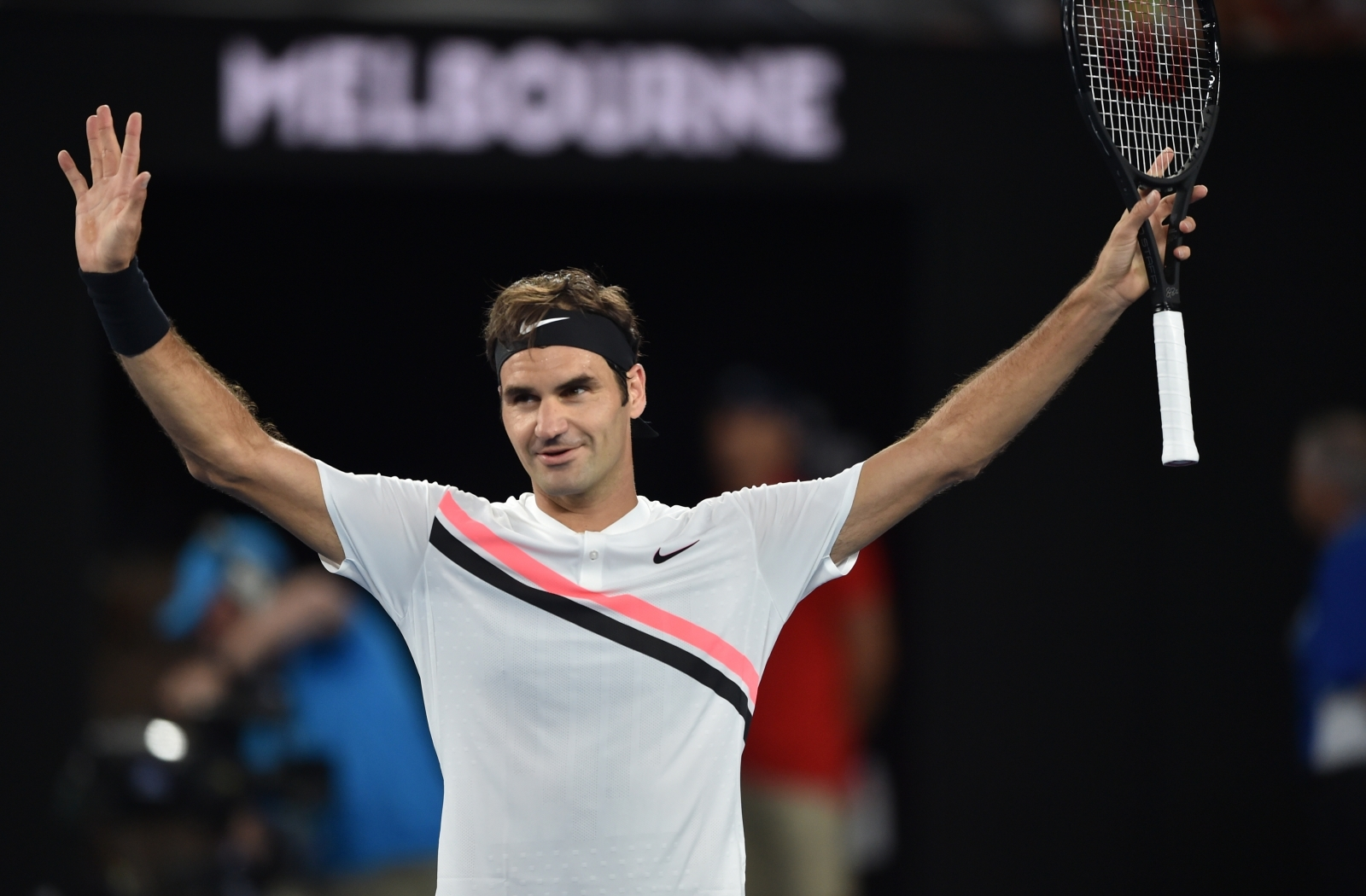 Federer begins Australian Open title defense