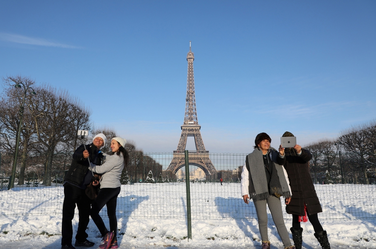 25 Photos Of Snow Covered Paris Looking Even More
