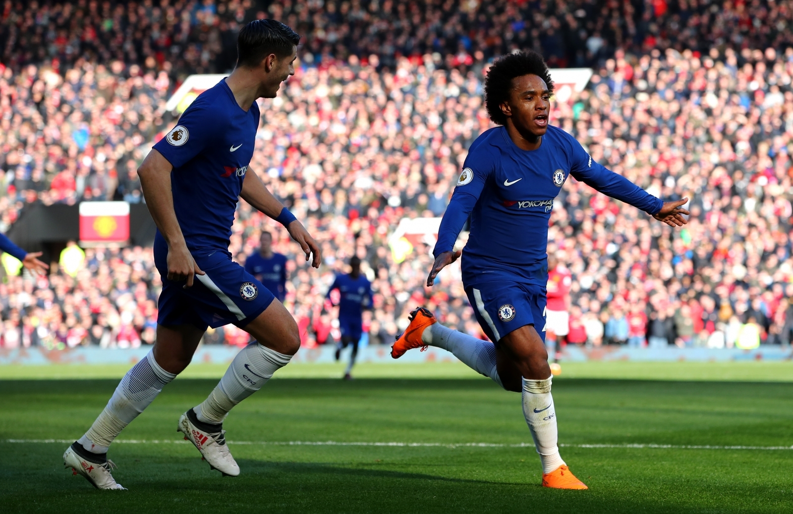 Chelsea star Willian reveals talks with Manchester United in shock admission