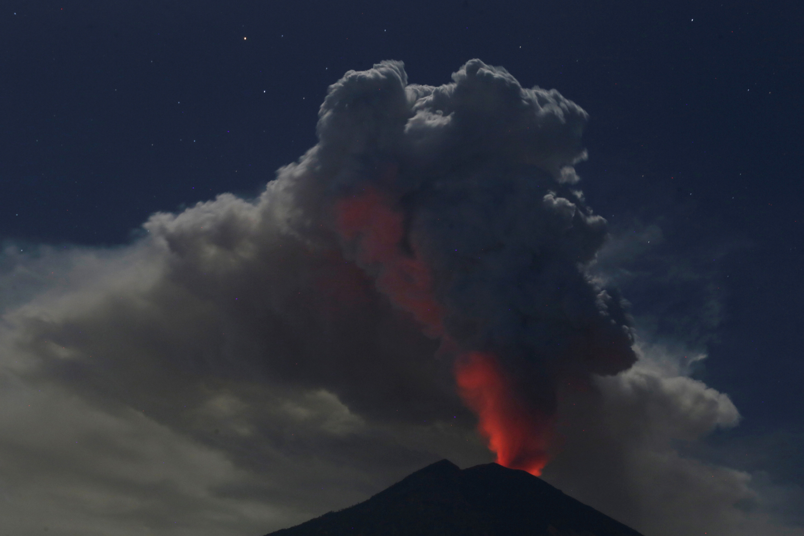 Mount Agung eruption shuts down Bali airport