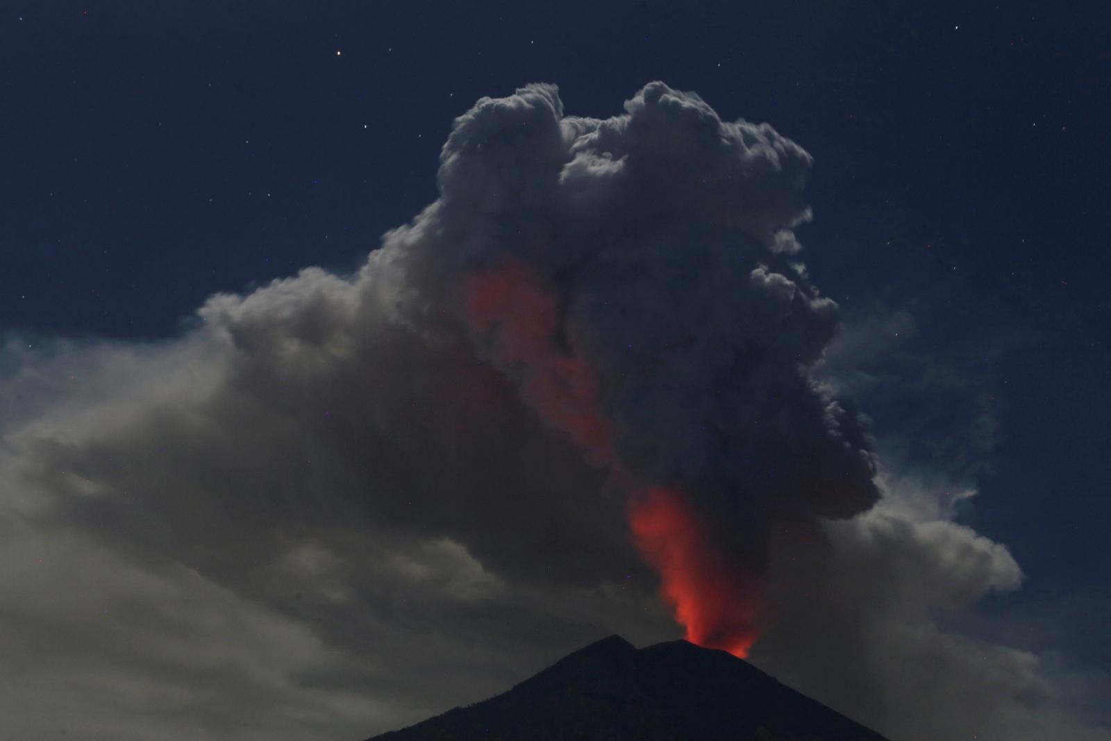 Mount Agung eruption shuts down Bali airport