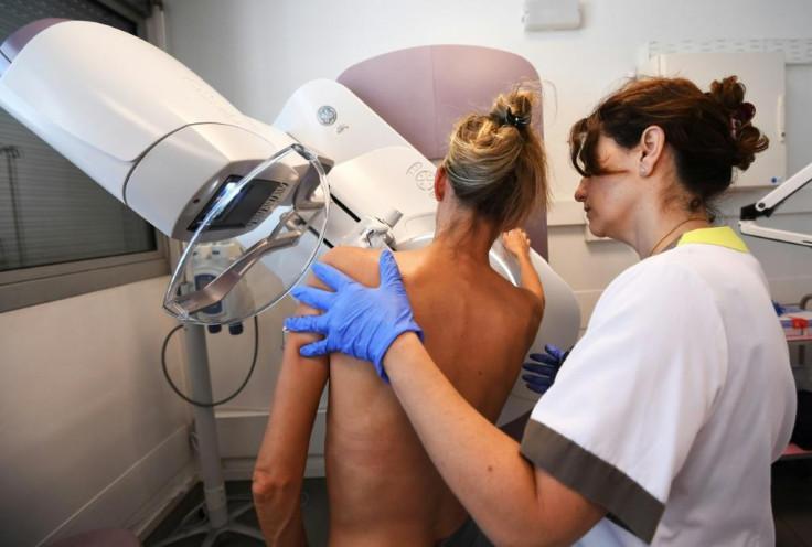 Heat-cam exhibit alerts tourist to breast cancer