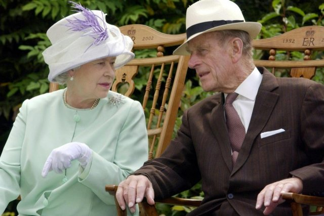 Palace shares rare photo of Queen Elizabeth II, Prince Philip amid news of duke's recovery